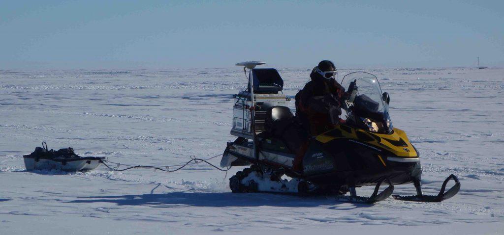 Mesures de l'épaisseur de neige le long de trajet de plusieurs kilomètres en utilisant un radar posé sur un traineau tiré par une motoneige
