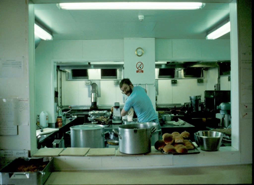 La cuisine à la station Rothera en 1987 (Péninsule Antarctique, British Antarctic Survey).