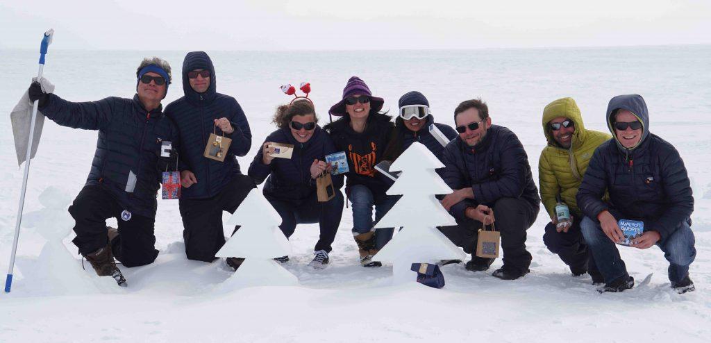 Photo de groupe avec nos cadeaux de Noël derrières les arbres sculptés dans la neige.(Photo Nander Wever)