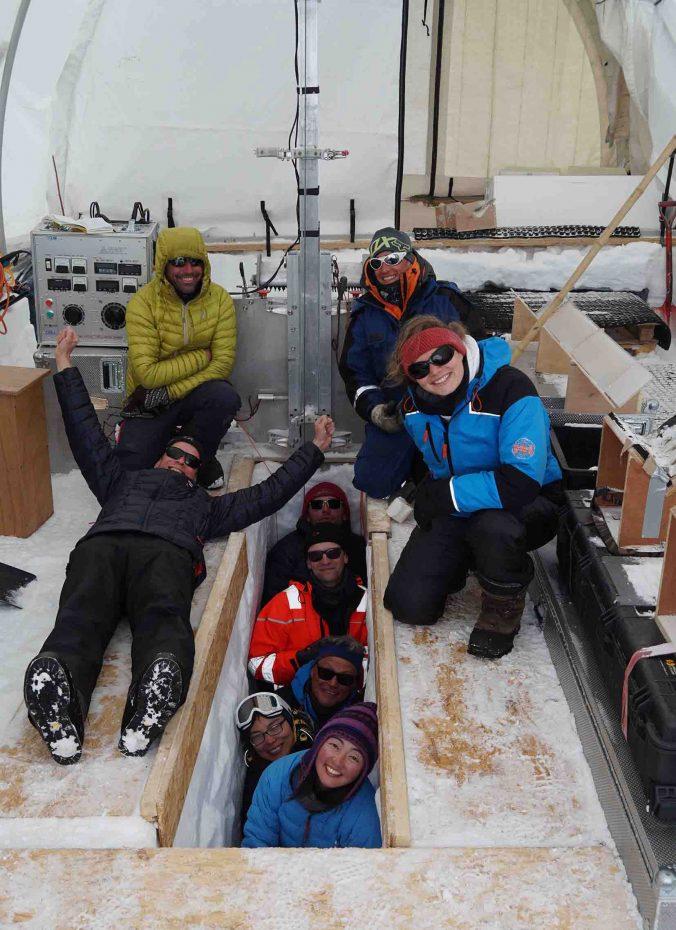 Le groupe de Mass2Ant avec notre guide et notre mécanicien près de l'instrument de forage. (Photo Nander Wever).