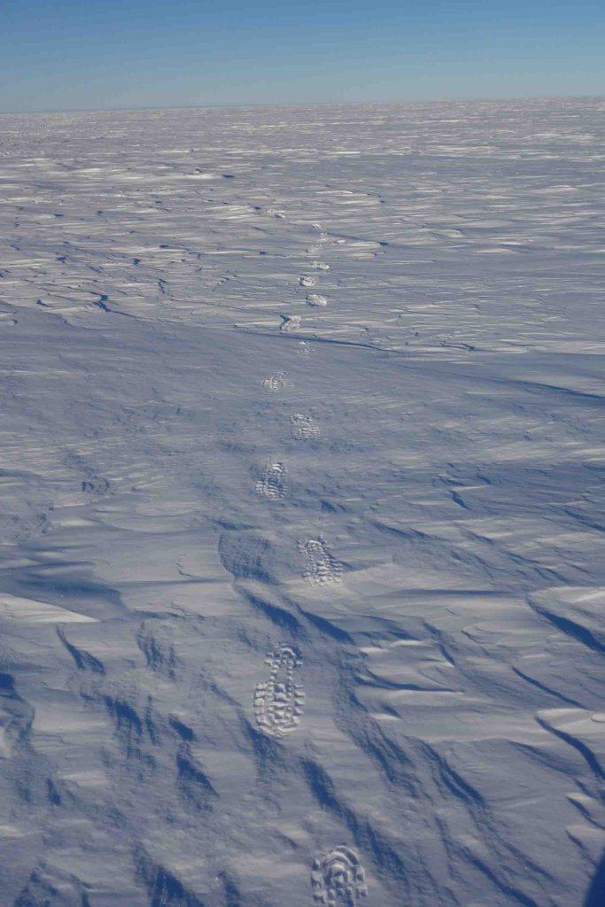 En fonction des caractéristiques de la surface, vos empreintes dans la neige peuvent varier de quelques centimètres de profondeur ou être pratiquement invisibles sur les parties les plus dures.
