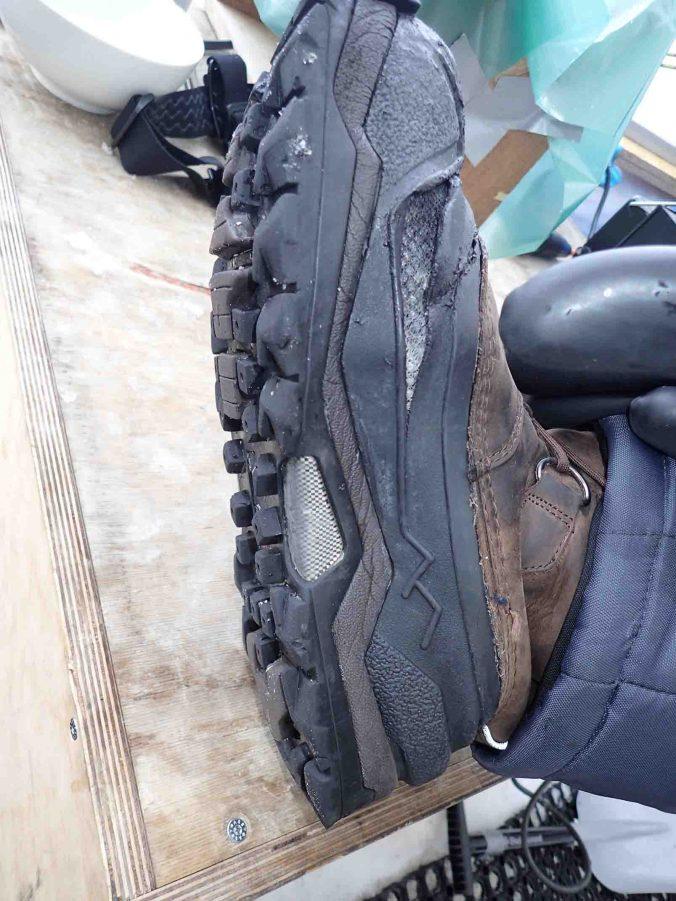 / L'ESTISOL adore le caoutchouc des joints de chaussures