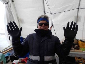 Etisol increases the size of the clothes, here the protection gloves