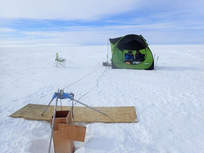 Mesures avec l'OPTV dans le trou de forage (à l'avant plan) qui donne l'impression d'aller à la pèche sur un lac gelé.