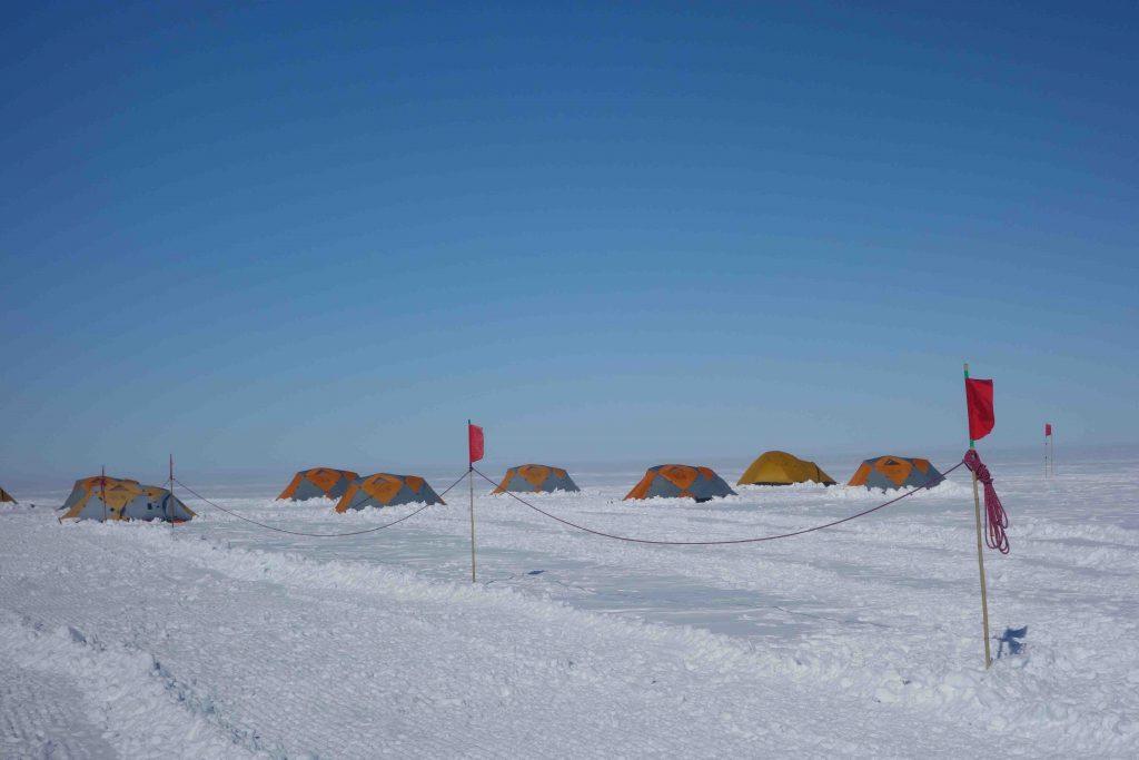 La corde de sécurité permettant de retrouver le chemin vers nos tentes même si il n'y a pas de visibilité.