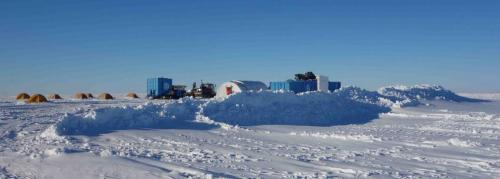Le mur de neige qui protège notre camp du vent