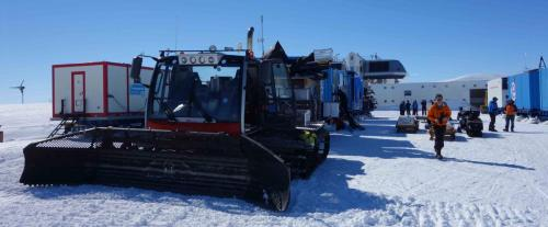 tracteur-antarctique-tirant-les-containes
