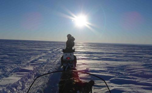 Trajet en motoneige le long d'une trace laissée par un chasse-neige (Photo Sainan Sun)